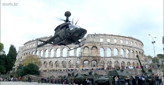 helikopteri nad arenom