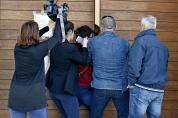 novinari na ulazu u crkvu 2