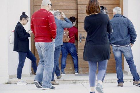 novinari na ulazu u crkvu 3