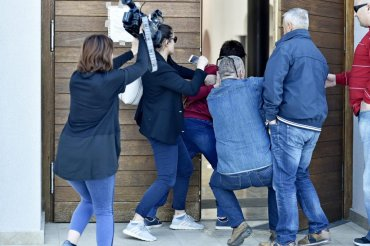 novinari na ulazu u crkvu