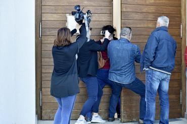 novinari na ulazu u crkvz+u 1